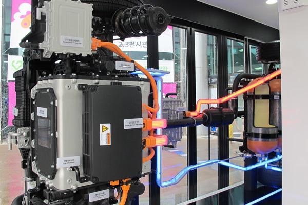 공기 중의 산소를 반응시켜 전기 에너지를 얻는 수소 전기차의 원리.