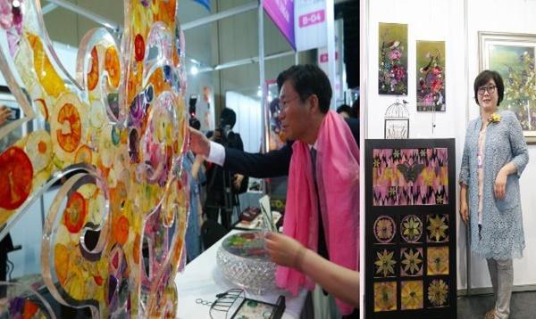 신정 디자인 글래스의 양파로 만든 작품을 살펴보는 성윤모 특허청장