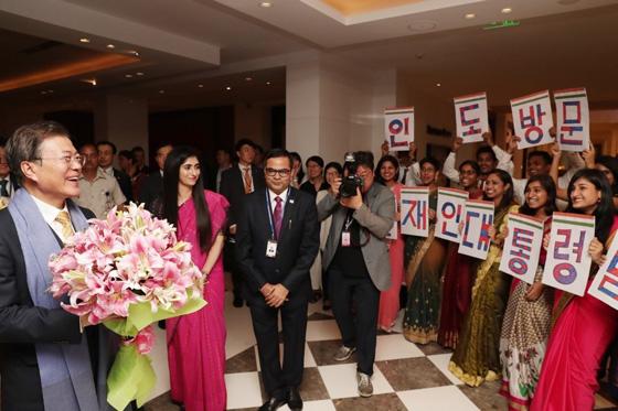 문재인 대통령과 김정숙 여사가 8일(현지시간) 오후 인도 뉴델리 숙소에서 인도 세종학당 학생들의 환영을 받고 있다. (사진 = 청와대)