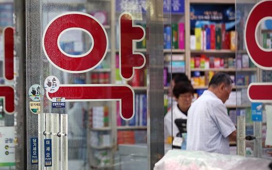 서울 시내의 한 약국에서 처방받은 약을 구입하는 시민들 모습.(사진=저작권자(c) 연합뉴스, 무단 전재-재배포 금지)