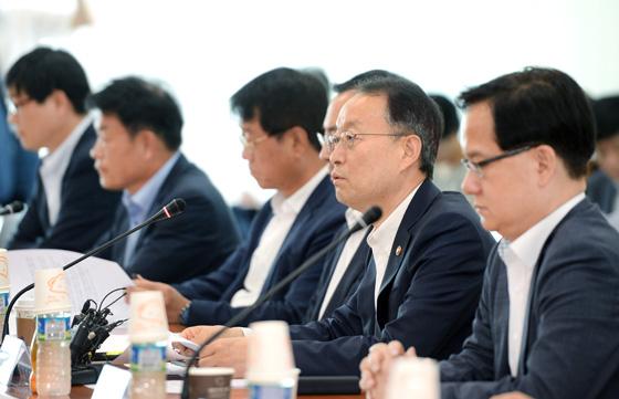 백운규 산업통상자원부 장관은 6일 한국기술센터 회의실에서 '미·중 무역분쟁 관련 실물경제 점검회의'를 주재한 자리에서 인사말을 하고 있다. (사진 = 산업통상자원부)