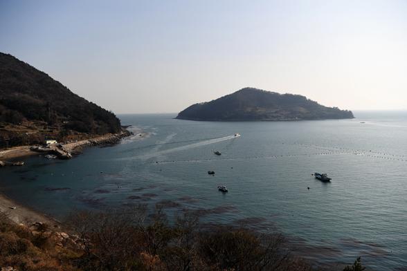 노도는 드는 물고기를 안고 바람을 막는 앵강만을 지키는 섬이다.