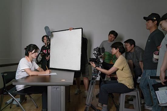 <최원준 / 피륙의 결> '피륙의 결'은 천의 날실과 씨실이 만든 천의 흐름이라는 뜻의 옛 봉제용어로 봉제 공장에서 일하는 두 여자 주인공의 관계를 상징.?남한과 북한이 가진 근본적 동질성과 상생하는 한반도의 미래를 전달