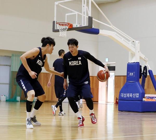 이정현 선수가 다음달 자카르타에서 열리는 아시안 게임을 앞두고 진천 국가대표선수촌에서 동료들과 훈련중이다.
