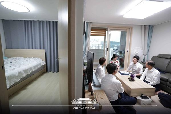 문재인 대통령이 5일 서울 구로구의 한 행복주택에 입주한 신혼부부의  집을 방문해 대화를 하고 있다.(출처=청와대)