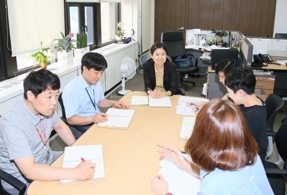 윤세진 팀장과 추진단원들이 모여 점검회의를 하고 있다.