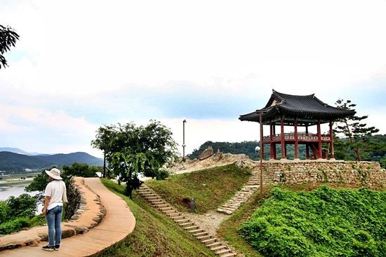 웅진 시대 옛 궁궐터가 내려다보이는 공산정