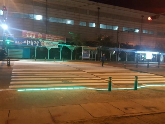 밤에는 더 진가를 발휘하는 바닥 신호등 (출처=양주시)
