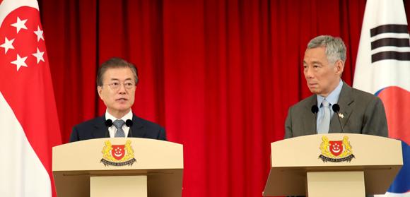 싱가포르를 국빈 방문 중인 문재인 대통령과 리셴룽 싱가포르 총리가 12일 오후 대통령궁인 이스타나에서 정상회담을 마친 뒤 공동언론 발표를 하고 있다. (사진=저작권자(c) 연합뉴스, 무단 전재-재배포 금지)