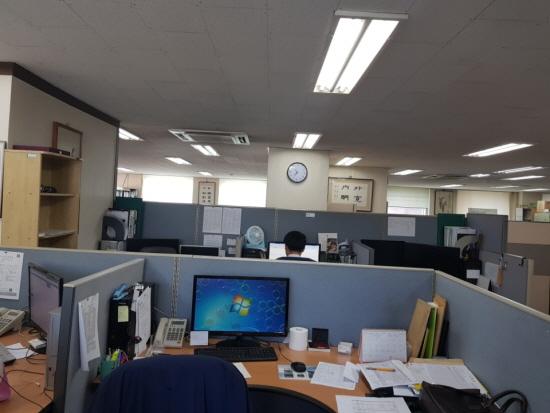 아버지 회사 사무실 내부.