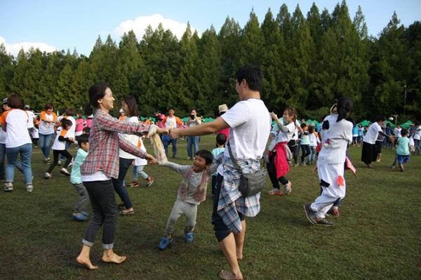 공동육아는 부모와 교사가 아이와 함께 키움을 체험하는 곳이다.