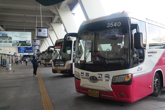 1992년 도입된 우등버스와 일반버스가 공존하는 버스터미널 모습