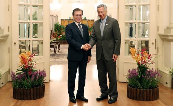 문재인 대통령이 12일 오전(현지시각) 싱가포르 대통령궁에서 리센룽 총리와 정상 회담에 앞서 악수 하고 있다.(제공=청와대)