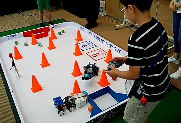 제1경기장 창작로봇 분문은 원격조정 폭발물 제거 및 무사귀환이 미션이었다.
