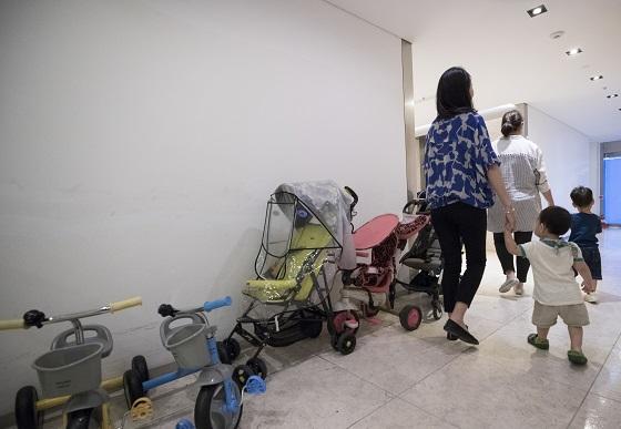 서울 마포구 한 기업에서 직장맘들이 직장어린이집에서 아이들을 하원 시키고 있다..(사진=저작권자(c) 연합뉴스, 무단 전재-재배포 금지)