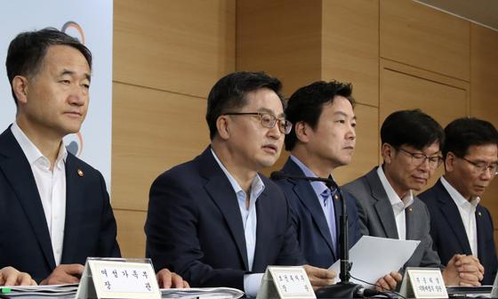 """정부 """"올해 성장률 전망 2.9%…민간소비 2.7% 증가"""""""