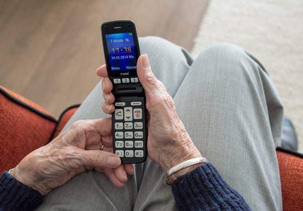 독거노인이 증가하는 시대에 휴대전화는 중요한 연락수단이 되고 있다. (출처=픽사베이)
