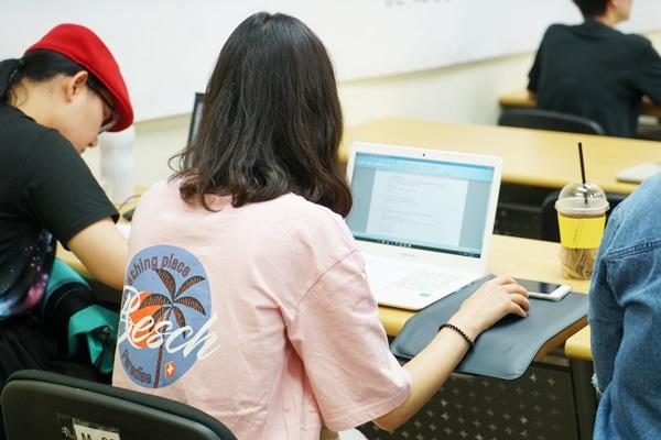 교육에 집중하는 청년들!