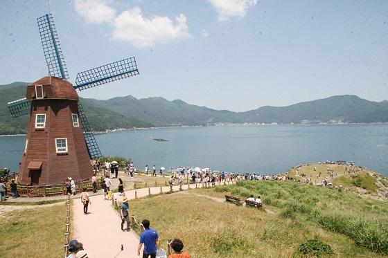 바람의 언덕을 찾은 관광객이 탐방로를 걷고 있다.(사진=저작권자 (c) 연합뉴스. 무단전재-재배포금지)