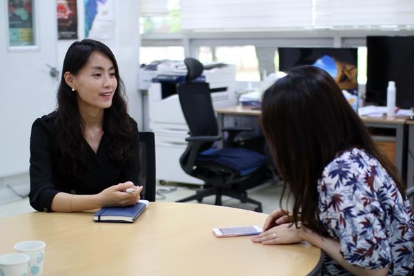 IP&C 송경미 대표와 인터뷰를 진행하고 있다.