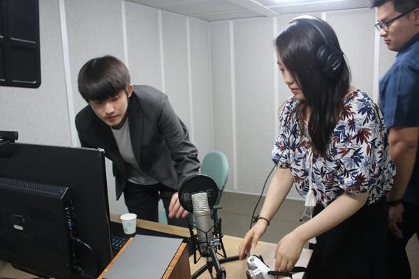 작년 인천 MCN센터 교육 수강생인 유튜버 노재혁 씨가 프로그램 사용법을 알려주고 있다.