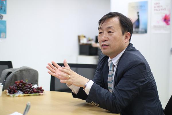 인천경제산업정보테크노파크 ICT진흥센터 심원보 센터장과 인터뷰를 진행하고 있다.
