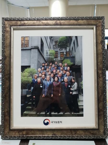 사무실에 있는 기념사진
