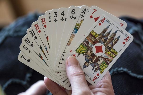 브리지 게임의 정식 명칭은 콘트랙트 브리지(Contract Bridge)로, 트럼프 카드를 통해 2명이 한 팀으로 총 4명이서 대결을 벌이는 게임이다. 출처=Pixabay