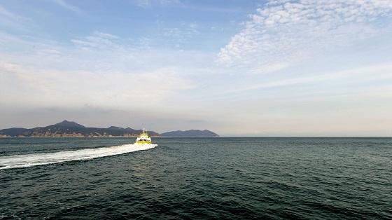 대청과 백령으로 향하는 오렌지호는 소청을 거쳐 간다. 북쪽과 바다를 공유하고 있는 작은 섬, 그 옆에 큰 섬이 없었다면 배가 이곳까지 왔을까. 작은 섬은 늘 불안하다.
