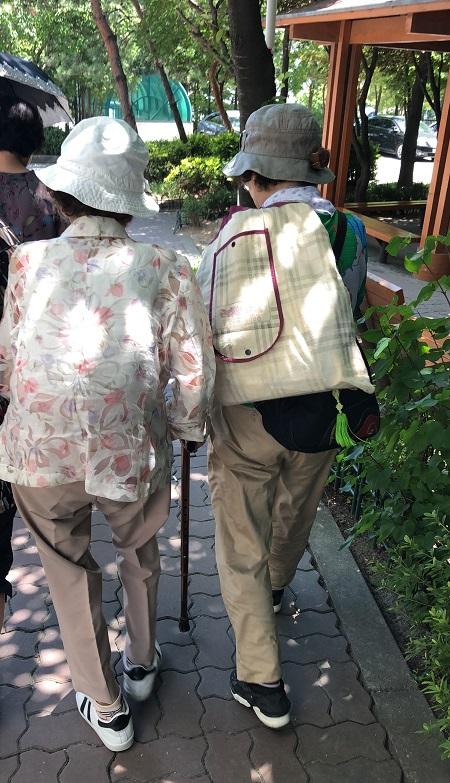 박연화 할머니와 딸의 뒷모습. 68년 동안 아들을 그리워하며 살아온 할머니에겐 하루라도 빨리 북에 두고 온 아들을 만날 기회가 필요하다.