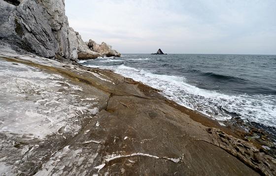 10억년의 자연이 만든 자연등대, 분바위. 등대가 없던 시절에 하얀 바위를 보고 길을 찾았다.