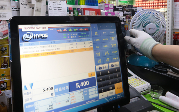 소상공인·자영업자 지원 대책에 따라 카드매출 세액공제액이 500만원에서 700만원으로 상향된다(사진=저작권자(c) 연합뉴스, 무단 전재-재배포 금지)