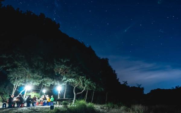 별이 빛나는 밤하늘 아래.