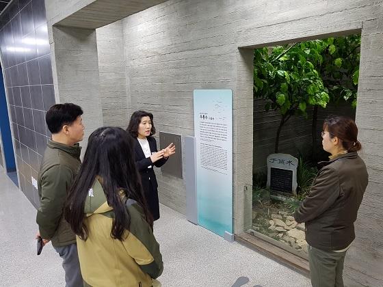 한강시원지체험관에서 우통수를 살펴보고 있는 관람객들.