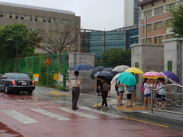 초등학생 하교 시 교통안전을 지도하는 학교 보안관