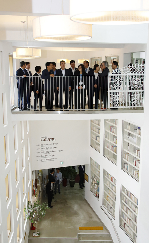 문재인 대통령이 4일 오후 서울 은평구 구산동 도서관마을을 방문, 도서관을 둘러보고 있다. (사진=저작권자(c) 연합뉴스, 무단 전재-재배포 금지)