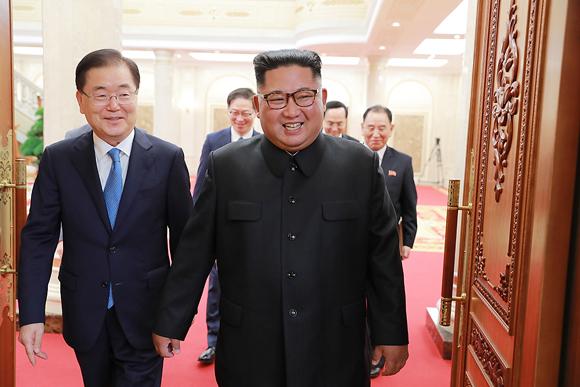 문재인 대통령의 특사로 5일 평양을 방문한 정의용 청와대 국가안보실장이 김정은 국무위원장을 만났다. (사진=청와대)