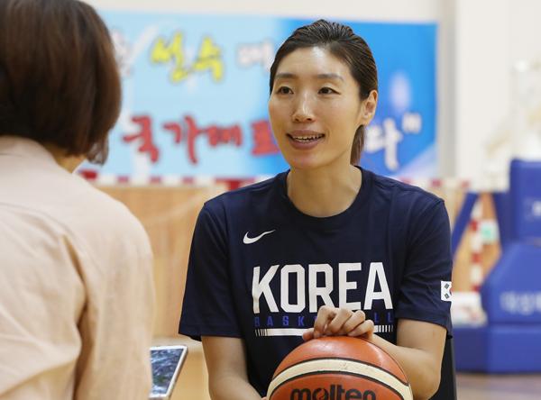 친동생같이 지냈던 북한 선수들에 대한 이야기를 묻자 대답하는 임영희 선수.