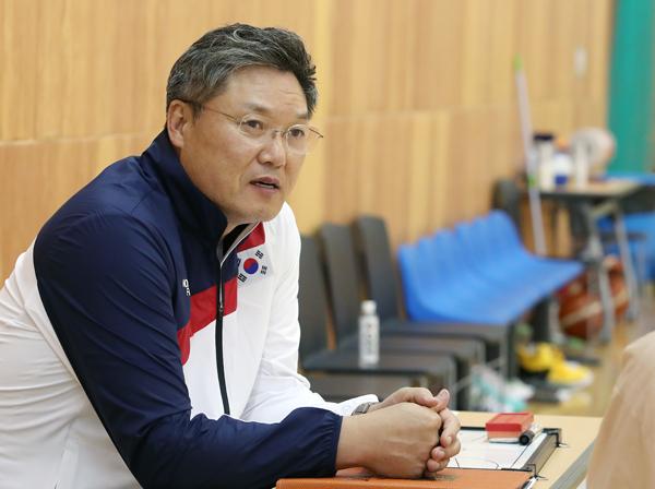 이문규 감독이 북한 선수들과 이별하는 때를 회상하며 눈시울이 붉어졌다.