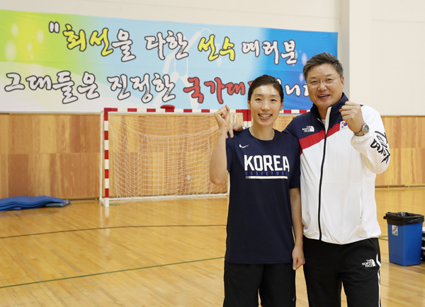여자농구 남북단일팀으로 출전한 주장 임영희 선수(왼쪽)와 이문규 감독.