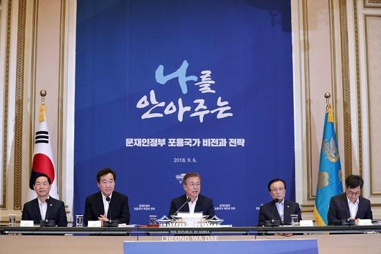 문재인 대통령이 6일 청와대 영빈관에서 열린 '포용국가전략회의'에 참석해 인사말을 하고 있다.(사진=청와대)