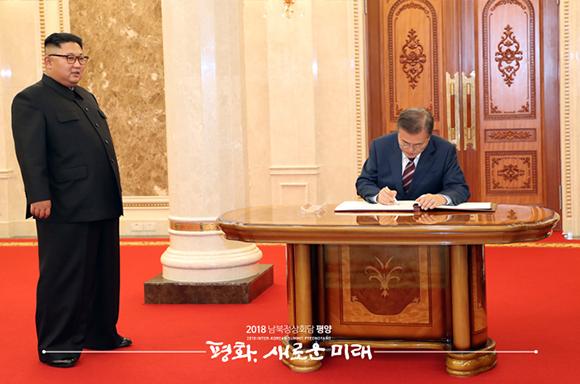 문재인 대통령이 18일 오후 평양 조선노동당 중앙위원회 본부 청사에서