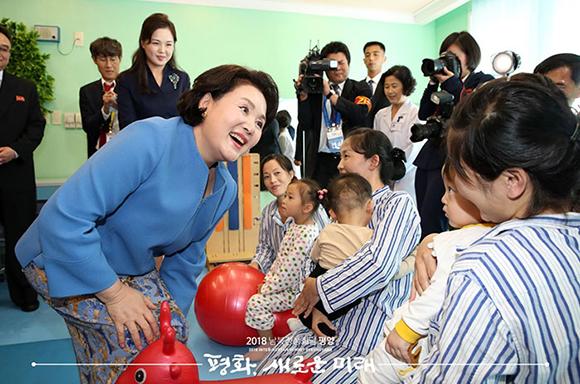 두 여사 첫 공식일정…아동병원·음악대학 찾아