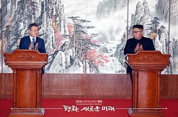 """""""김 위원장 가까운 시일 내 서울 방문"""" 정상 공동회견"""