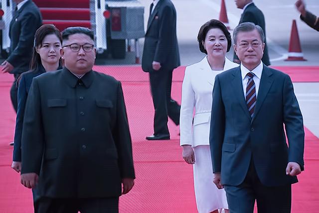 평양 순안공항에서 만난 두 정상이 회담장으로 이동하고 있다.