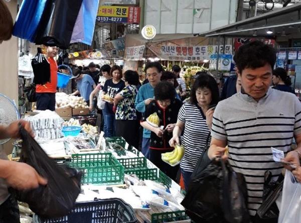 부천중동시장은 수요장터 이벤트로 시장을 찾는 고객들이 줄을 이었다.