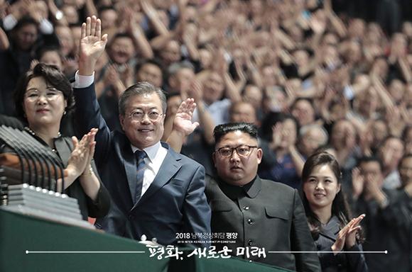 문재인 대통령과 김정은 국무위원장이 '5월1일 경기장'에서 '빛나는 조국'을 관람 후 연설이 끝난 뒤 환호하는 평양 시민들에게 손을 들어 인사하고 있다. ⓒ 평양사진공동취재단