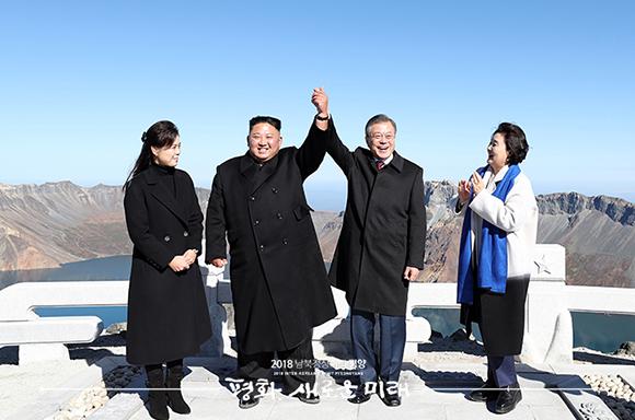 문재인 대통령과 김정은 국무위원장이 20일 오전 백두산 정상인 장군봉에 올라 손을 맞잡아 들어올리고 있다. ⓒ 평양사진공동취재단