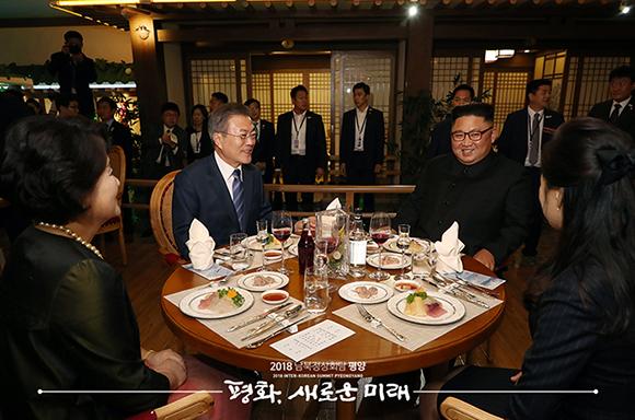 두 정상 부부, 대동강 수산물 식당서 평양 시민들과 만찬