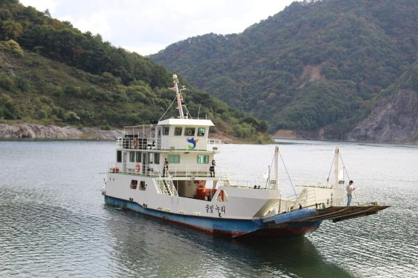 강원 화천과 양구에 걸쳐 있는 파로호 유람선.